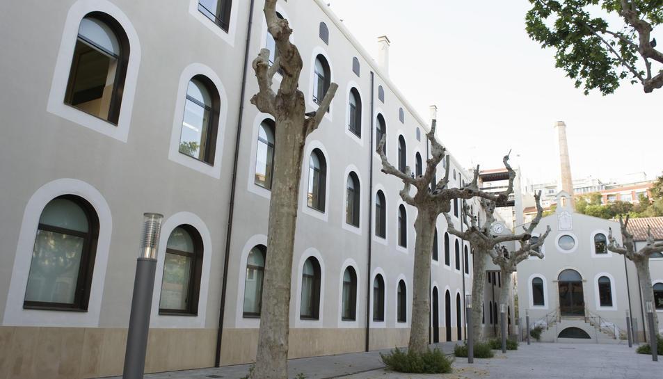 Entrada de l'Escola Oficial d'Idiomes, situada a l'antic edifici de la fàbrica de la Chartreuse.