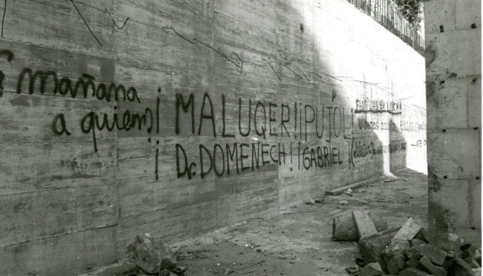Imatge de les parets del Teatre Romà, l'any 1977, quan els instigadors de la campanya rebien amenaces de mort.
