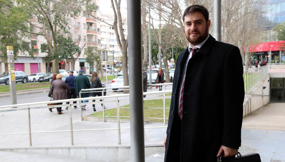 L'advocat Anton Verdeny, a les portes dels jutjats de Reus, amb els seus clients, d'esquena, al fons de la imatge.