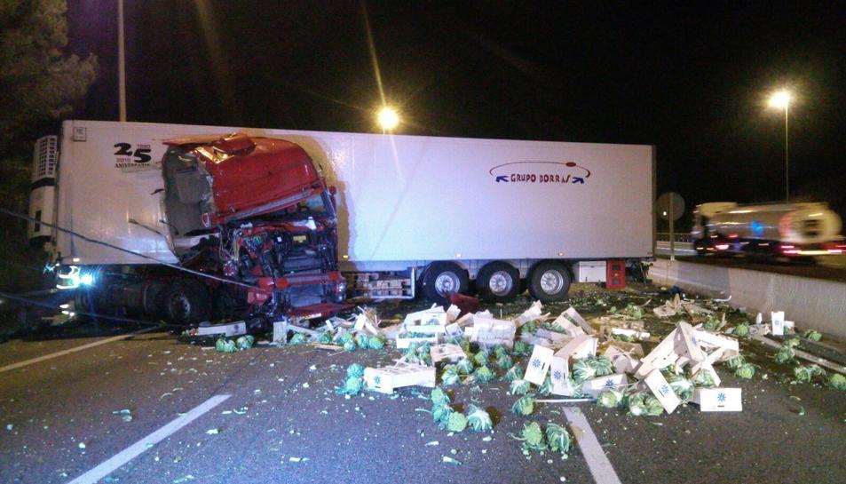 La càrrega que duien els camions, fruita i verdura, ha quedat escampada per la carretera.
