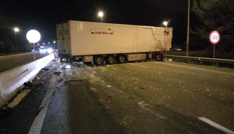 Un dels camions que ha patit l'accident a l'AP-7, a l'alçada de Banyeres del Penedès.