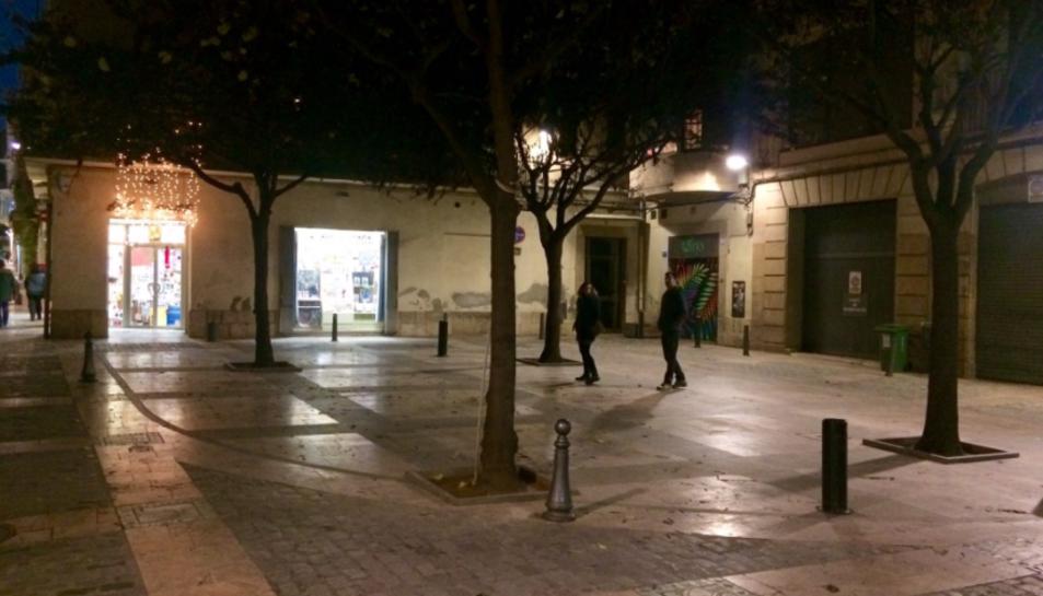L'usuari de Twitter Martí compartia la inusual imatge de la plaça sense taules durant la nit.