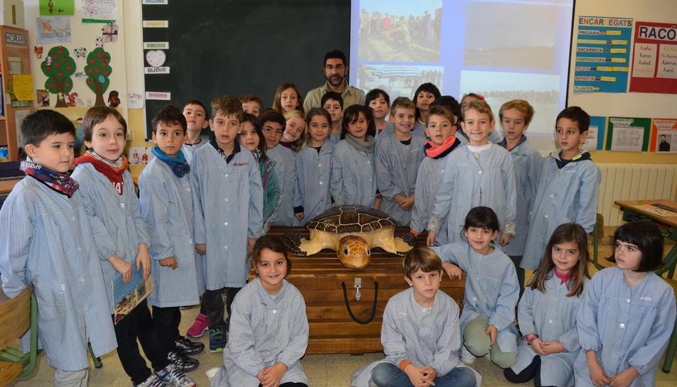 Els alumnes del segon curs de primària del Col·legi Sant Pau Apòstol de Tarragona, escoltant les explicacions de Txiqui López.