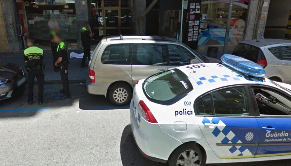 Imatge de l'Street View a l'alçada del número 10 del carrer Pere Martell, amb el llençol que tapava el cos.