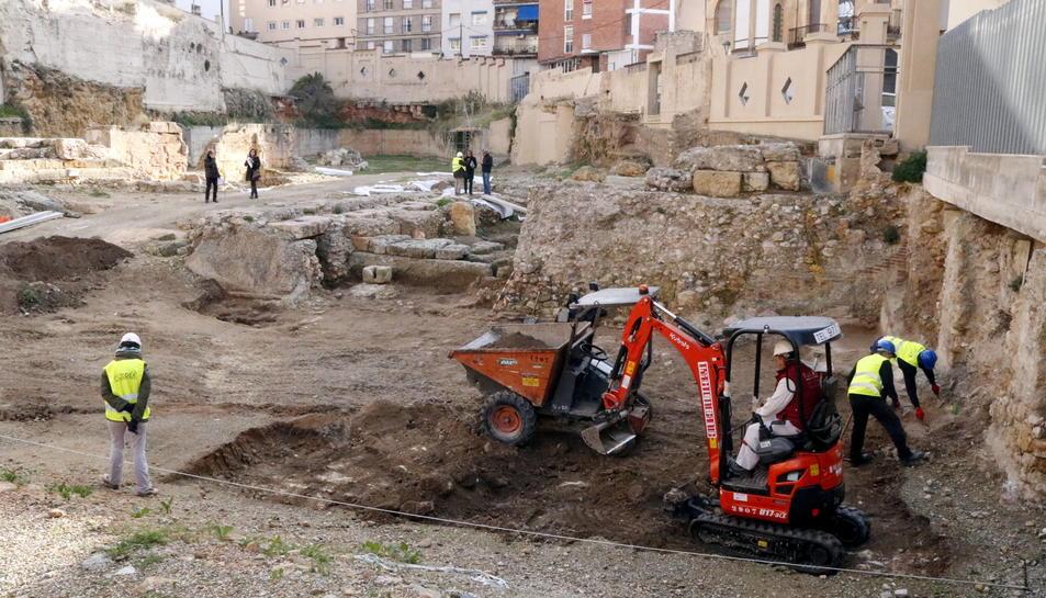Operaris i maquinària treballant en la recuperació de les restes del teatre romà.