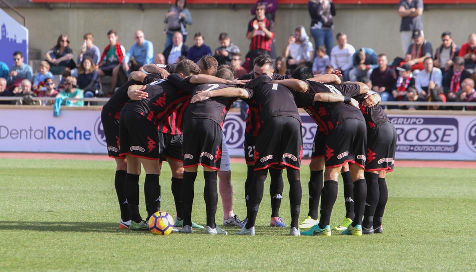 Els jugadors del CF Reus, abans d'un dels partits disputats aquesta temporada, a l'Estadi.