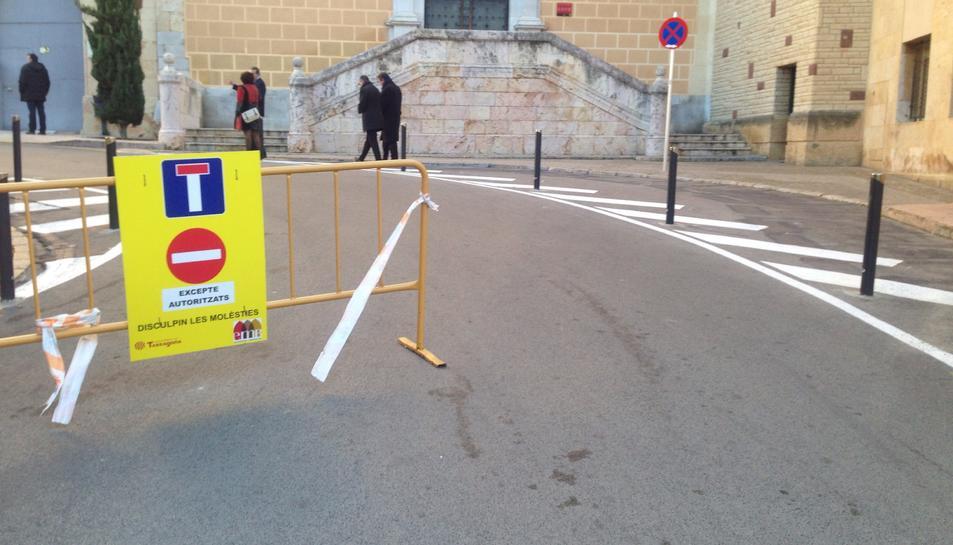 Imatge de la senyal que restringeix l'accés al carrer Sant Pau.