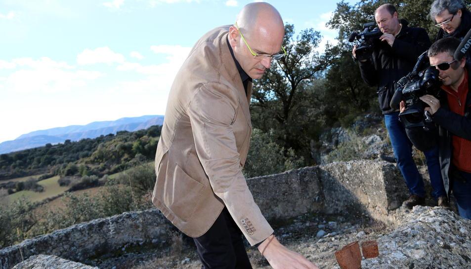 El conseller d'Afers Exteriors, Raül Romeva, mostrant restes de la Guerra Civil en una zona de trinxeres de Figuerola d'Orcau, on s'ha presentat el Pla de Fosses.