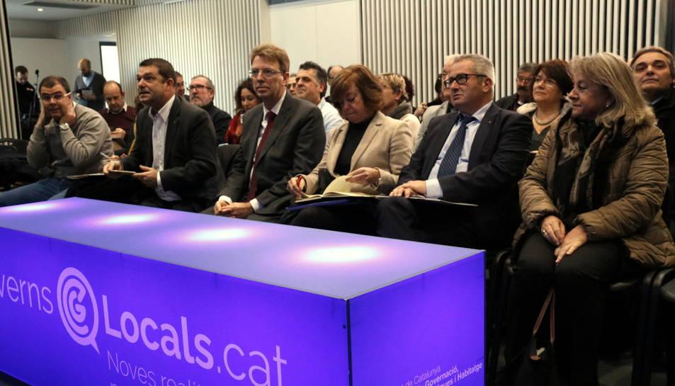 Imatge de la sessió territorial de debats sobre governs locals, al centre cívic de Tortosa, amb la consellera Meritxell Borràs, l'alcalde de Tortosa, Ferran Bel, a l'esquerra, i el delegat del Govern a l'Ebre, Xavier Pallarès.