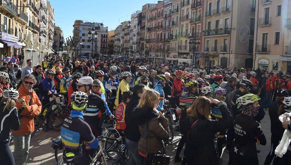 La Plaça de la Font ha acollit centenars de ciclistes.