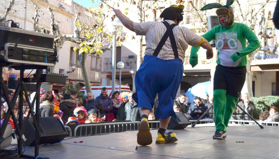 Abans de la cursa, la 'llebre' i el mestre de cerimònies han estat practicant sobre l'escenari.
