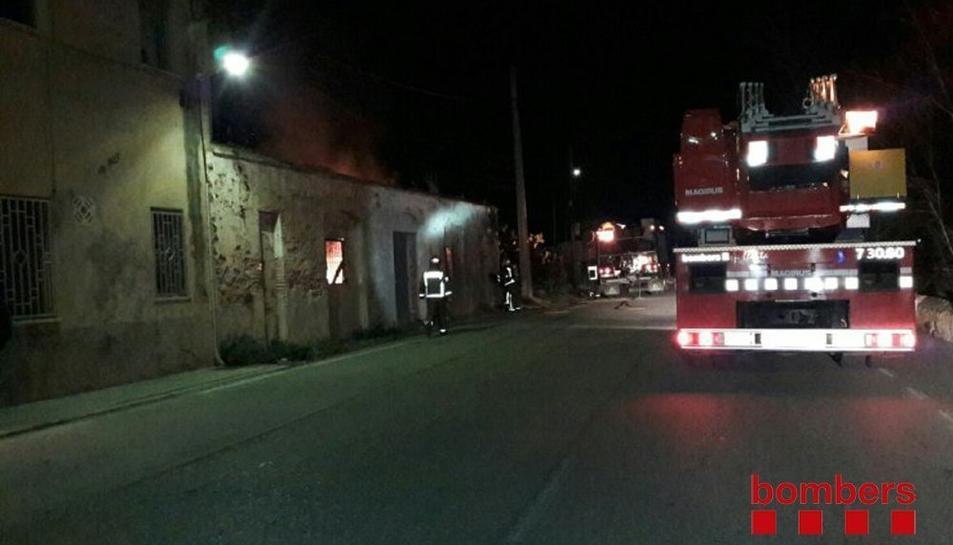 Els bombers, en el lloc de l'incendi.