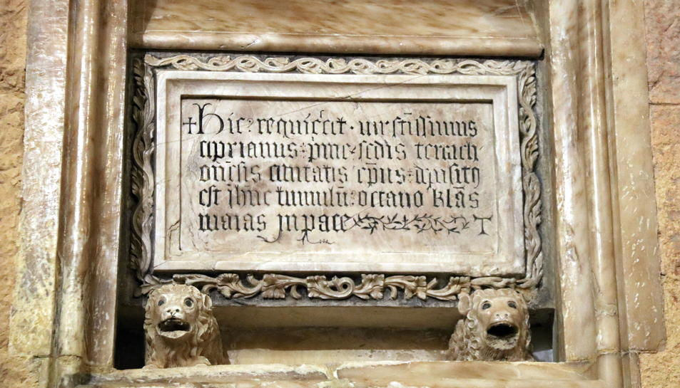 Primer pla de l'urna funerària medieval, amb les restes del bisbe de Tarragona, Cebrià -de finals del segle VII-, amb un epitafi que podria ser una còpia del text de la làpida visigoda original, en una imatge de finals de desembre del 2016