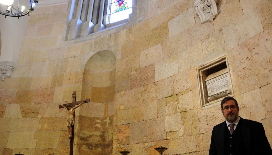Pla general de l'absis de la catedral de Tarragona, amb el director del Museu Bíblic Tarraconense, l'arqueòleg Andreu Muñoz, davall l'urna funerària que conserva les restes del bisbe Cebrià, en una imatge de finals de desembre del 2016