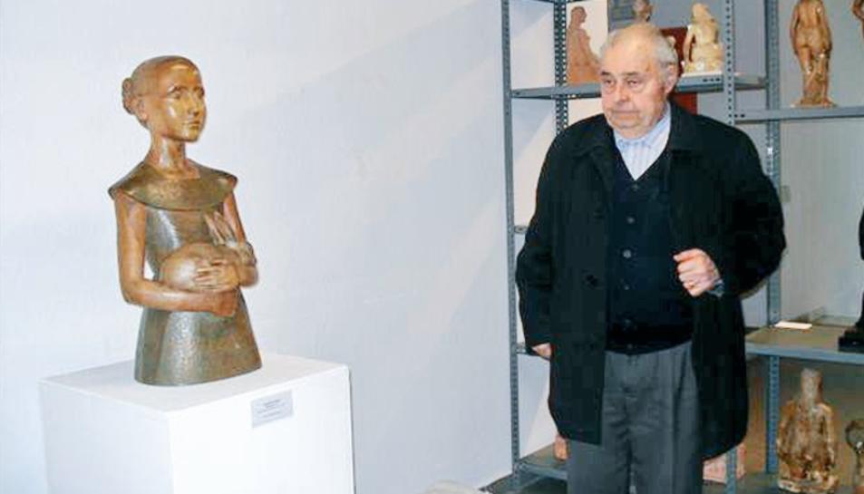 Serafini amb escultures seves.