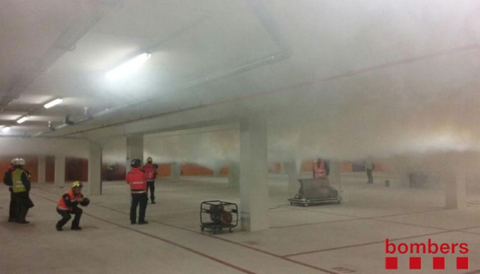 El pàrquing s'ha omplert de fum intens.