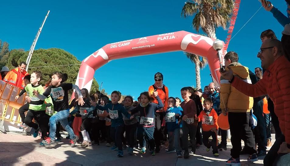 Imatge de la sortida de la cursa infantil de la Crema Turrons de Miami Platja.