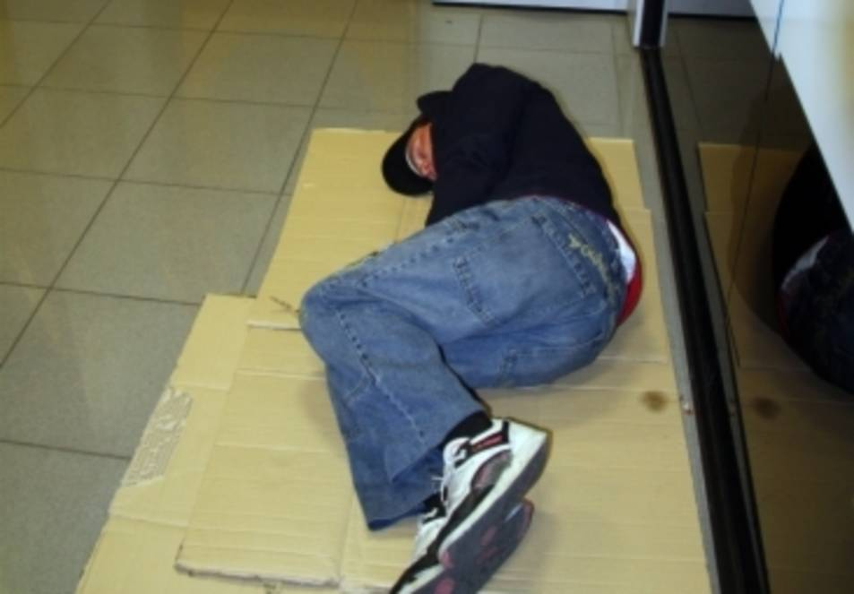 Un sensesostre dormint en un caixer automàtic.
