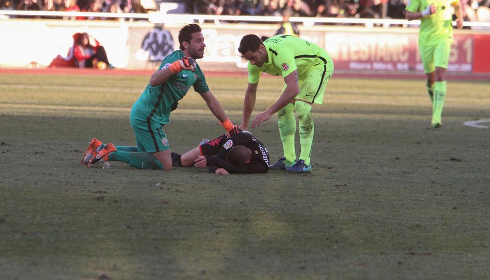El jugador després de rebre la puntada per part del porter rival.