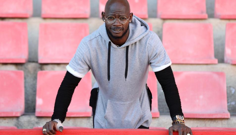 Achille Emaná, al Nou Estadi. El futbolista africà ha estat el fitxatge estrella del mercat d'hivern i ara ha de dedicar-se a ajudar als seus a salvar-se.