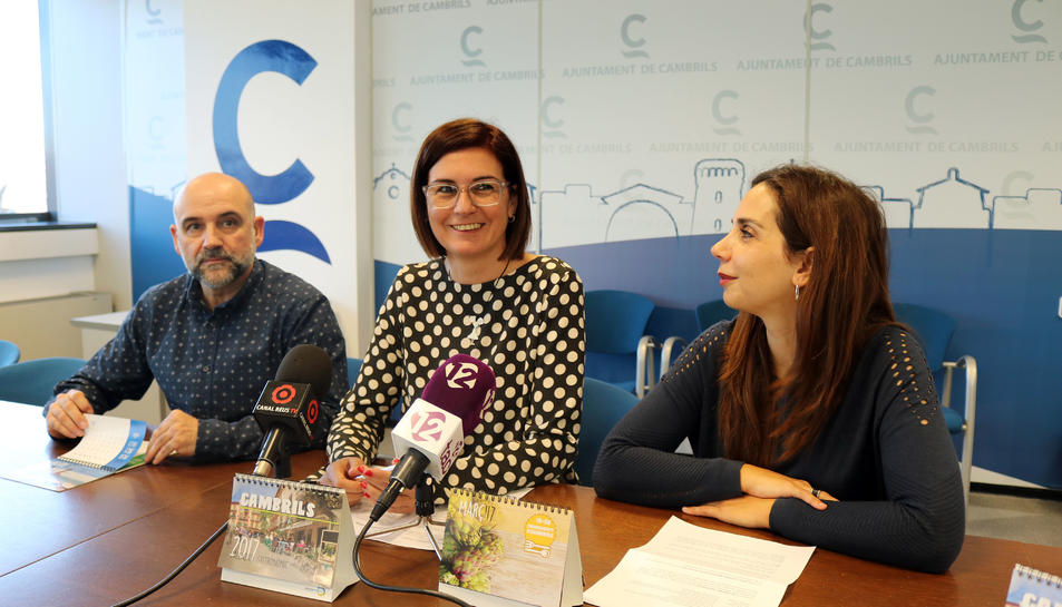 La regidora de Turisme, Mercè Dalmau, la regidora de promoció de ciutat, Ana López, i el representant de l'AEHC, Ángel Pérez, durant la presentació del calendari.