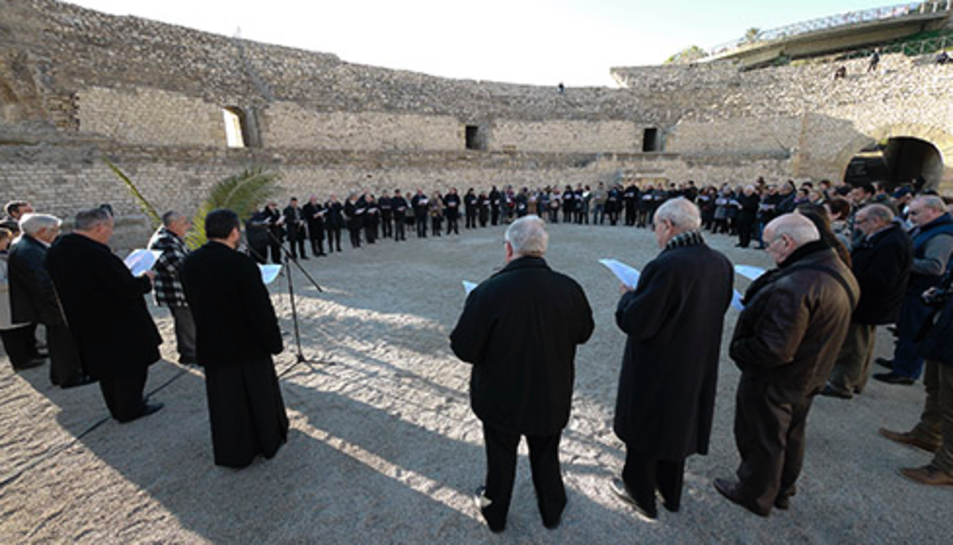 A l'Amfiteatre es duran a terme una pregària i lectura de lesActes martirials.