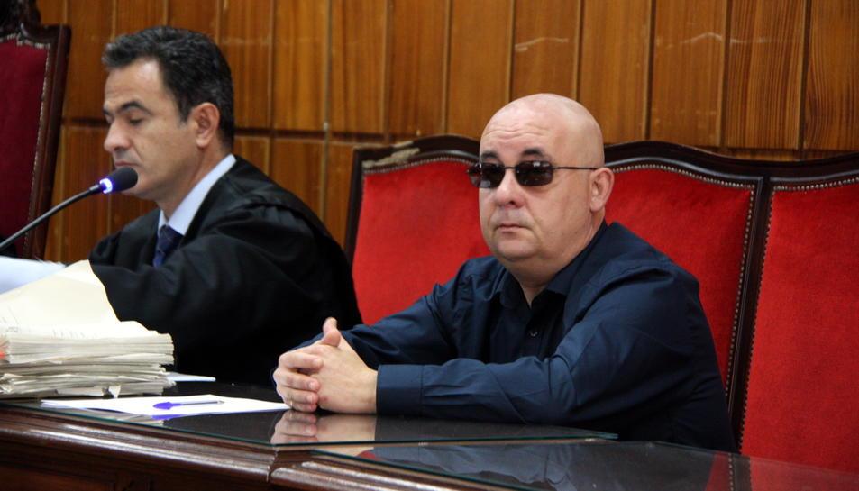 Carlos Pradera, l'acusat de matar la venedora de l'ONCE, mirant a càmera i amb ulleres de sol, durant el judici.