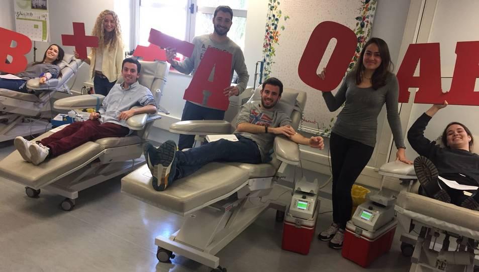 Un grup de joves donant sang a Tarragona.