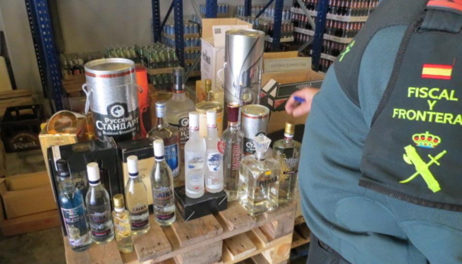 Imatge de part de les ampolles confiscades per la Guàrdia Civil a Llorenç del Penedès.