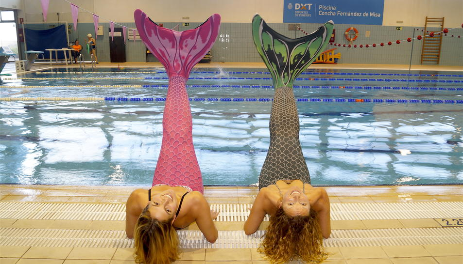 La nedadora Michelle Alonso, a l'esquerra, i la responsable de l'escola de sirenes, Susana Seuma, a la dreta, amb les cues de sirena.