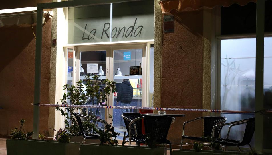 El bar La Ronda amb la cinta dels Mossos d'Esquadra després del segrest.