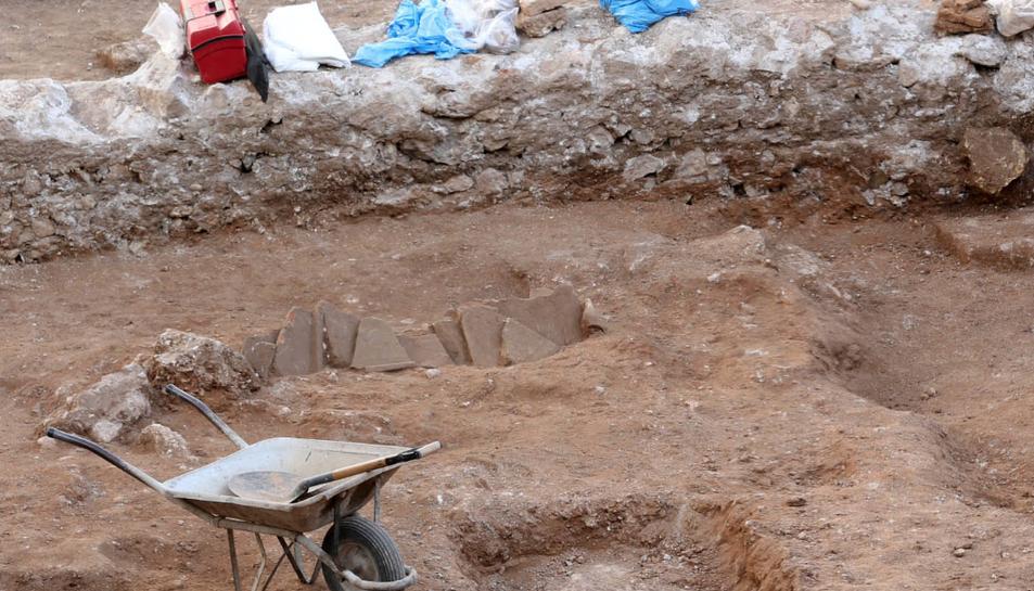 Detall de l'enterrament amb teules que els arqueòlegs han trobat al solar excavat.