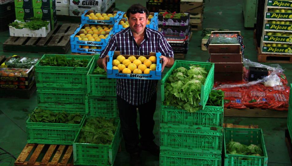 Imatge d'arxiu del president de la Cooperativa de l'Aldea, Miguel Carles, entre caixes de verdures i fruites al magatzem de l'agrobotiga de l'entitat.