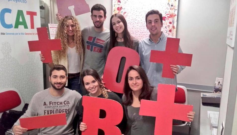 Un grup de joves donen sang.