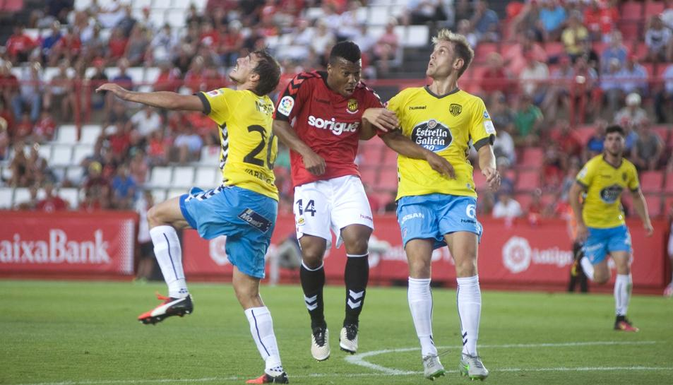 Ike Uche lluita una pilota durant el Nàstic-Lugo de la primera volta.