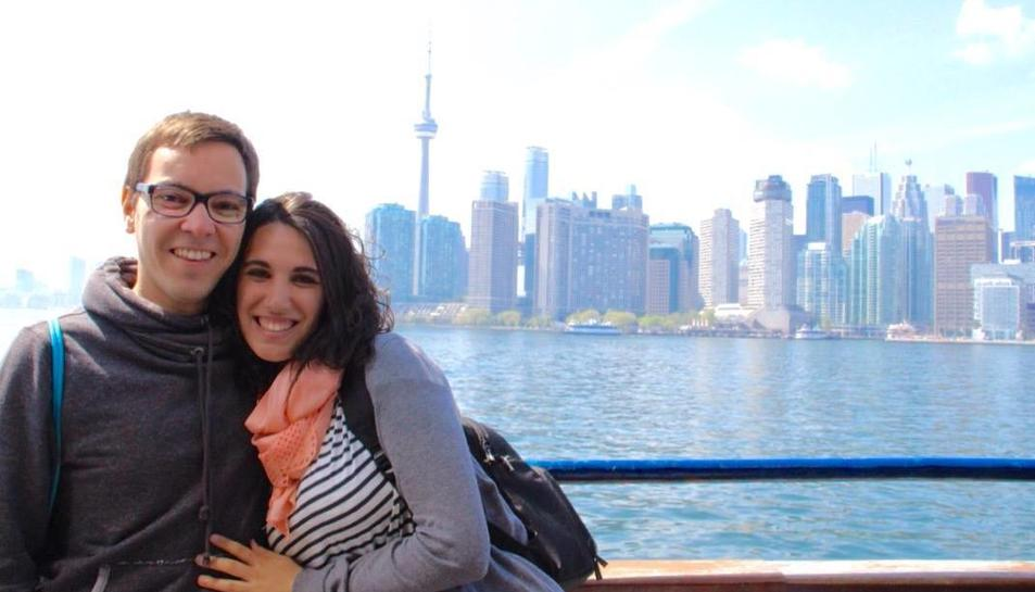 Sergi Guasch i Meritxell Ventura davant de l'skyline de Toronto.