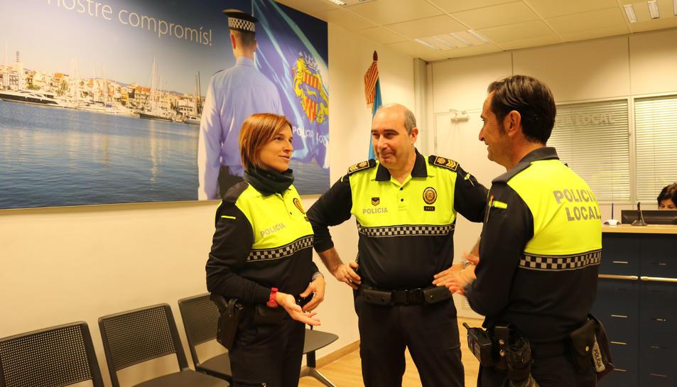 Els dos agents escolars conversant amb el cap de la Policia Local.