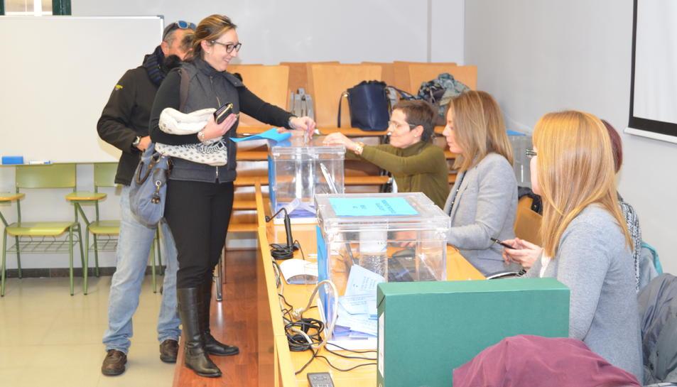 Imatge de la taula amb les urnes que estava instal·lada a Vila-seca.