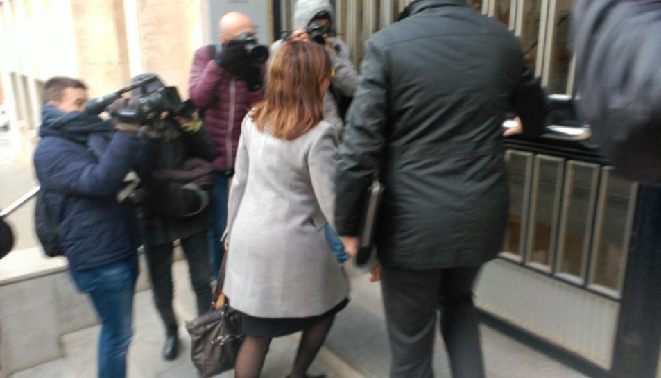 La portaveu del Govern de Tarragona, Begoña Floria, entrant als jutjats.