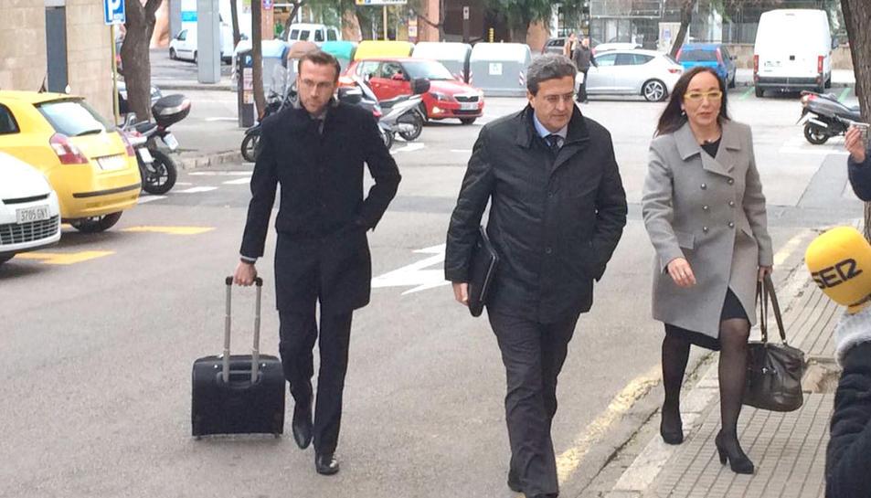 La portaveu del Govern de Tarragona, Begoña Floria, arribant als jutjats.