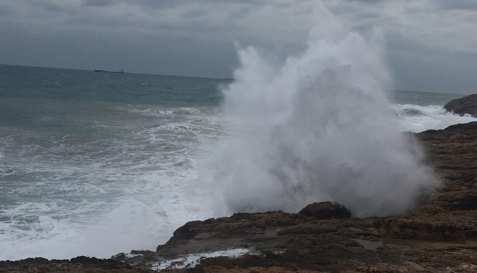 Les onades impactaven amb força a la costa tarragonina aquesta tarda.