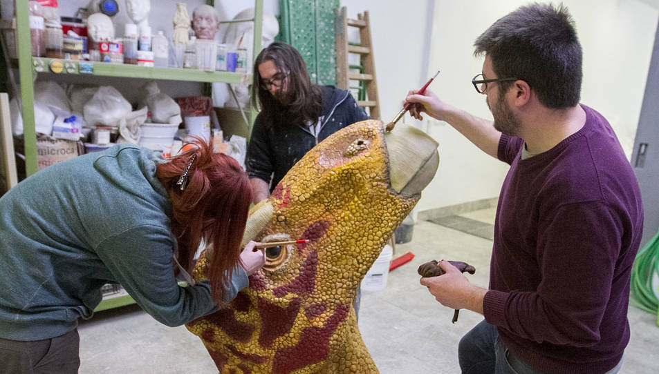 Un instant de l'elaboració de la peça, que servirà per difondre la història dels dinosaures.