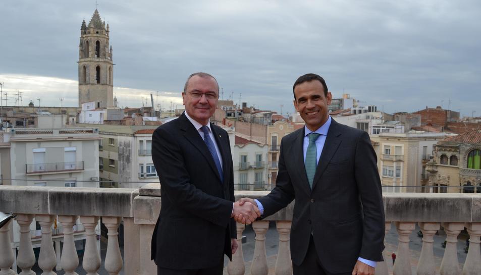 L'alcalde de Reus, Carles Pellicer, i el director territorial de CaixaBank a Catalunya, Jaume Masana, han signat l'acord de col·laboració.