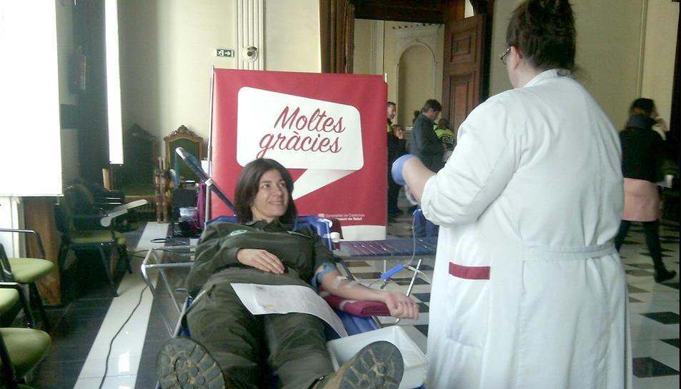 Un agent rural donant sang a l'Ajuntament de Tarragona.