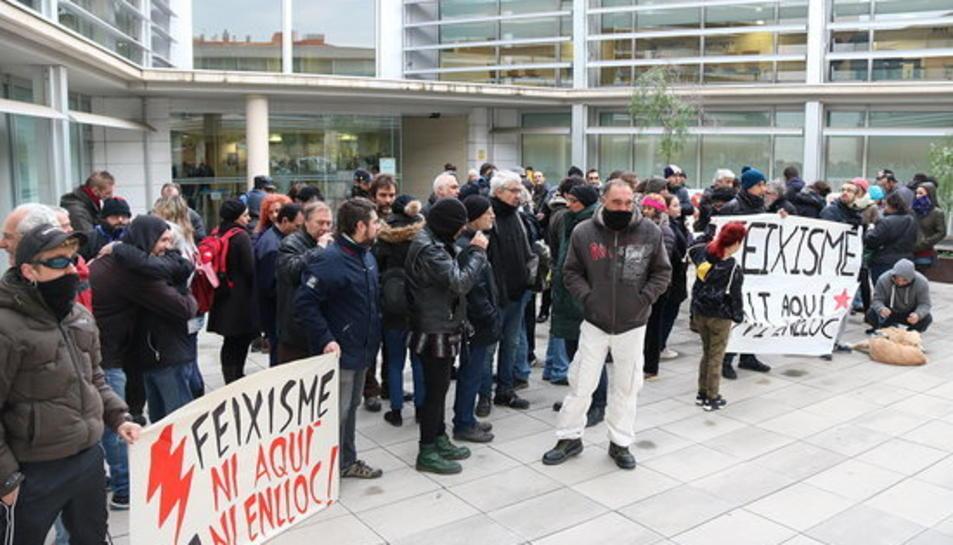 Pla general de la concentració antifeixista als jutjats del Vendrell com a mostra de suport als quatre investigats per danys i perjudicis durant la fundació de Respeto.