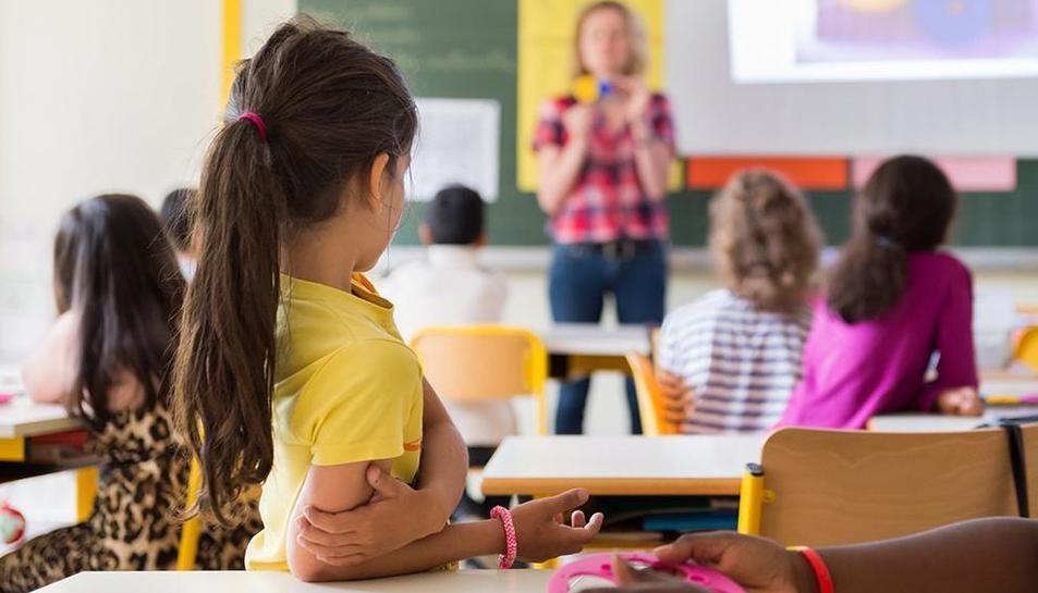 Una professora, durant una classe.