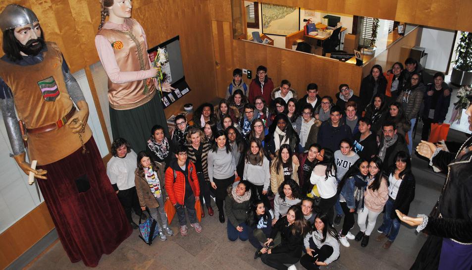 Imatge de la visita dels alumnes del centre francès a l'Ajuntament de Vila-seca.