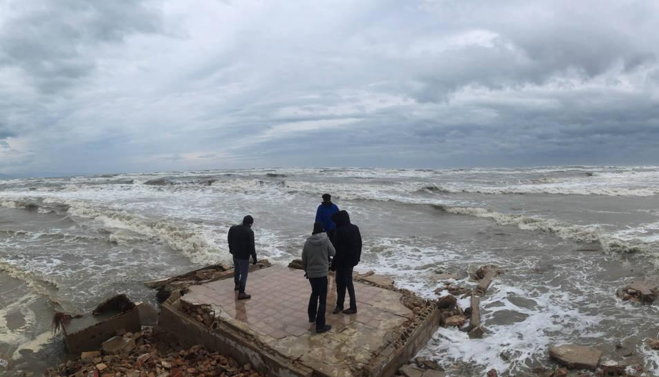 Pla obert d'una platja de Deltebre afectada pel temporal. Imatge del 21 de gener de 2017