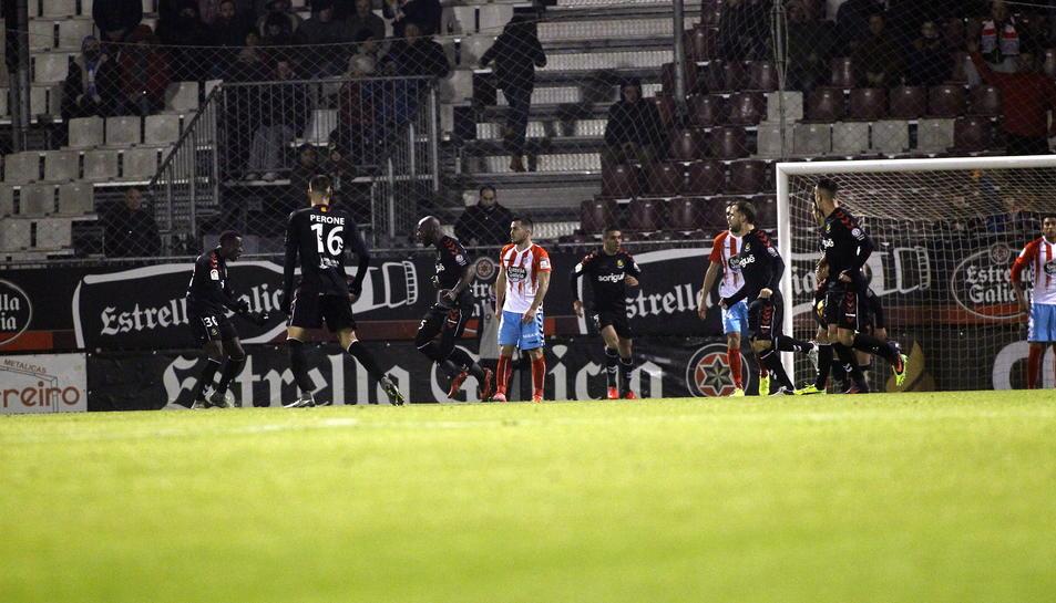 Stephane Emaná, a l'esquerra de la imatge després de marcar el gol que va suposar la victòria a Lugo.