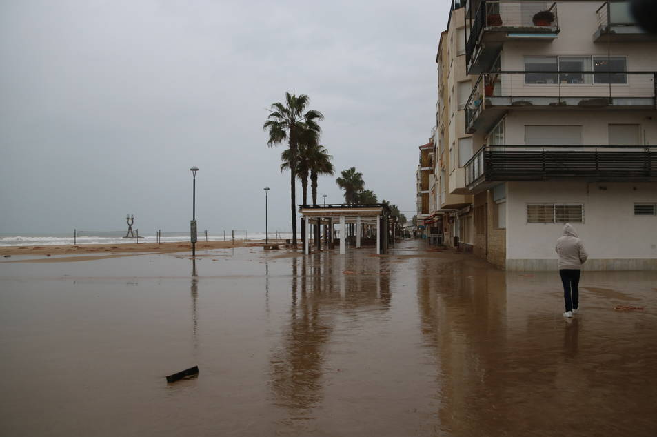Pla obert de l'afectació del temporal a la platja de Torredembarra. Imatge del 22 de gener de 2017